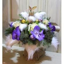 Букет на трехъярусном каркасе из иск. меха. Состав букета: керамический ангел, разноцветные шары, кипарис, пихта, розы, орхидеи.