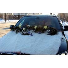 Зимнее оформление машины живыми цветами. Состав: иск. мех, ветки корилуса, розы, гиацинты, кедр, ленты