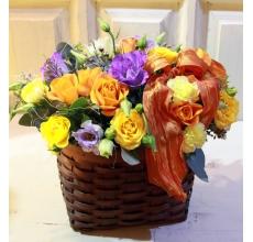 Небольшая корзиночка ярких цветов. Состав: эустома, кустовая роза, кустовая хризантема, армированная лента.