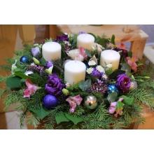 Настольная рождественская композиция с 4-мя свечами. Состав: свечи 4шт, кашпо, пихта, эвкалипт, шары, эустома, альстромерия, ранункулюс, сирень, куст. хризантема, салал. Диаметр от 35 см.