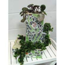 Композиция горшечных растений в авторском керамическом кашпо в виде дома-башни с азиатской мозаикой. Высаженные растения: хойя, саксифрага (камнеломка) Автор кашпо: Копосова Любовь