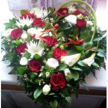 Сердце из красных роз и белых калл.