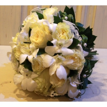 Букет невесты с белыми розами, белым дендробиумом, кружевом, зеленью.