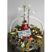 Большая поздравительная корзина с цветами и подарками. Цветочный состав: эухариус, лилия лонгифлорум, лотосы, кустовая роза, новогодние шары, альстромерия, пихта, ель, салал, гипсофилла, игрушки ручной работы, молодой Дед Мороз.