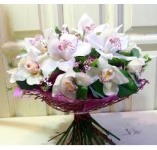 Букет из 15 белых орхидей цимбидиум, веток восковника (может быть заменен по сезону на другие мелкие цветы), зелени, в натуральной упаковке с лентами.