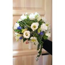 Букет невесты на портбукетнице с белой эутомой, альстромерией, джентианой, плетением из берграса с бусинками.