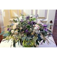 Букет на транспарентном каркасе из лаванды. Состав: кустовые розы, клематисы, кустовые хризантемы, гвоздика чайного цвета, эвкалипт с ягодками, персиковая лента.