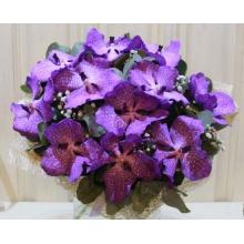 Букет из 15 цветов орхидеи ванды с гипсофиллой, эвкалипом в натуральной упаковке с лентами.