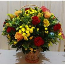 Средняя корзина из красных и оранжевых роз, хризантем, альстромерий, солидаго, зелени с капроновой лентой.