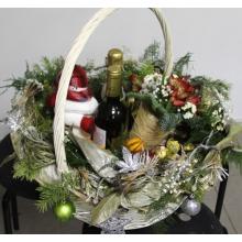 Средняя поздравительная корзина цветов и подарков. Цветочные состав: бутоньерка из брунии, декоративного шара, хризантемы, альстромерии, гипсофиллы, зелени, пихты.