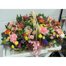 Разноцветная эустома, гвоздика, кустовая хризантема разных сортов, статица, астер, альстромерия, кустовые розы, матрикария, скимия с зеленью и армированной лентой.