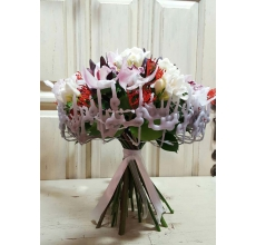 Букет на каркасе из декоративных элементов в воске. Состав: белые орхидеи 15 шт, ятрофа, фрезия, гиперикум, левкодендрон,  зелень, атласная лента.