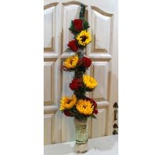 Букет мужской из 5 подсолнухов, красных роз, гиперикума, целлозии, зелени, сизаля с ручкой из рафии. Высота букета 100-110 см.