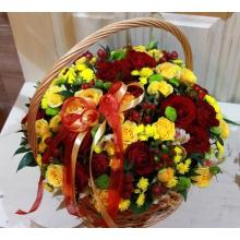 Небольшая корзина из красных кустовых роз, альстромерий, желтой и зеленой кустовой хризантемы,гиперикума, зелени с атласными лентами.