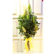 Высокий букет из 3х лилий и веток фисташки с флористической лентой.