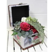 Шкатулка с малиновыми розами, гвоздиками, матиоллой, эвкалиптом, рускусом с плетением из офиопогона.