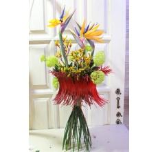 Стрелиции, ветки калины, анигозантос, орхидея цимбидиум, рукус, рафия.