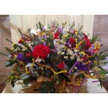 Корзина ярких цветов с декоративными элементами, утками, перьями и сизалем. Состав: розы, эустома, матрикария, альстромерия, берграс, эвкалипт.