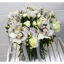 Букет с прозрачными капроновыми лентами. Состав: розы белые мондиаль, розы кустовые, бувардия, гиперикум, альстромерия, зелень с атласными лентами.