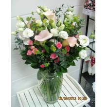 Высокий букет из белых калл, эустомы, кустовой розы, зелени, веток эвкалипта без упаковки с атласными лентами.
