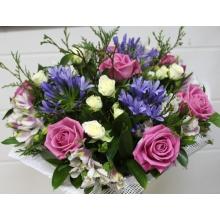 Букет из розовых роз аква, голубого агапантуса, кустовой белой розы, альстромерии, кипариса, зелени в натуральной упаковке с лентами