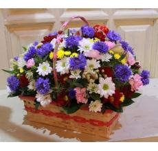 Небольшая корзиночка с летними цветами. Васильки, хризантемы, гвоздики, альстромерия, зелень, лента. Высота до 20 см, ширина до 35 см