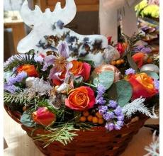 Настольная новогодняя композиция в плетеном кашпо с лосем из воска и сухоцветов. Состав: кустовые розы, илекс, статица, клематис, аспарагус, пихта, эвкалипт, шишки, шары.