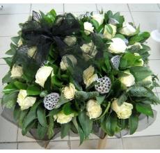 Состав: розы, коробочки лотоса, экзотическая зелень, черная органза.