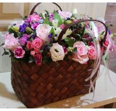 Розовые розы, розовые кустовые розы, кустовая гвоздика, альстромерия, статица, орнитогалум, эустома, бруния, зелень, атласные ленты.