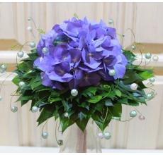 Один цветок гортензии, оформленный в декоративный каркас (гламелия из листьев рускуса, декоративной проволоки и бусин)