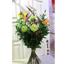 Высокий букет на каркасе из веток итальянского рускуса, аспидисты. Состав: стрелиции, ветки калины, анигозантос, орхидея цимбидиум, зелень, рафия. Высота букета 90-100 см.