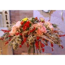 Большой праздничный букет на каркасе из веток илекса, пшеницы, других колосьев и кортадерии. Состав: разноцветная кустовая роза, белый восковник, лимонная гвоздика, аспарагус с флористической лентой в связке.