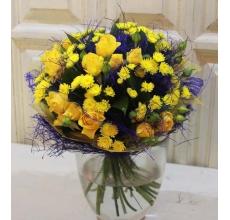 Букет из кустовой желтой розы, кустовой хризантемы, зелени с вставками из синего сизаля в натуральной упаковке с лентами. Диаметр букета 15-20 см.