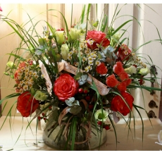 Большой летний транспарентный букет на каркасе из бересты. Состав: розы, кустовые розы, гиперикум, матрикария, эустома, зелень.