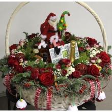 Большая корзина с цветами и подарками. Цветочный состав: красные розы, кустовые розы, пихта, ель, новогодние шары, кустовая хризантема, ягодя илекса, тилантсия, игрушки ручной работы, дед мороз ручной работы.