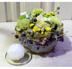 Фисташковая и лимонная гвоздика, кустовая гвоздика, альстромерия, зелень. Свеча ручной работы в форме шкатулки.