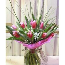 Букет из 17 тюльпанов с гипсофиллой, берграсом и рускусом в упаковке из фетра с лентами.