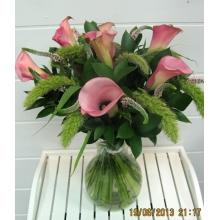 Букет из крупных розовых калл, вероники, сетарии с зеленью и атласной лентой