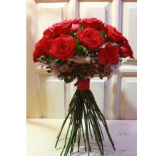 Букет на каркасе из палочек и перьев. 15 красных роз, рускус, зелень на высоких стеблях.