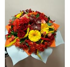 Большой букет на каркасе из войлочного ветра в виде цветка. Состав: герберы, кустовые розы, розы, кустовые гвоздики, орхидеи, альстромерия, ягоды илекса, эвкалипт, салал, аспидистра, рускус, дреды из натуральной шерсти.