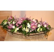 Композиция в овальном кашпо из розовой орхидеи, бувардии, хризантемы, альстромерии, астранции, зелени с акцентом из восковой шкатулки. Наполнение шкатулки - цветок кустовой розы.