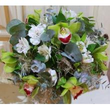 Букет из зеленой орхидеи, альстромерии, эвкалипта, зелени в натуральной упаковке с лентами.