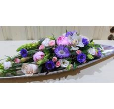 Настольная композиция в плоском металлическом кашпо в форме вытянутого листа (произодит. Индия) Состав композиции: пионы, розы, экзотическоая скабиоза, центория, орнитогаллум, альстромерия, кустовая роза, эустома, эвкалипт.