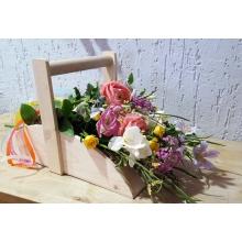 Деревянная корзина-короб. Все цветы получают питание, несмотря на то, что выглядят так, как будто их просто положили в корзину. Необычная форма и естественное представление цветов производят неожиданное приятное впечатление