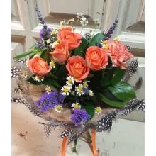 Состав: кустовая роза, гвоздика, матрикария, альстромерия, статица, лаванда, зелень, атласная лента. Диаметр 25 см.