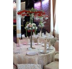 Пирс, арка, столы гостей и жениха и невесты. Аксессуары, букет невесты.