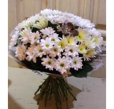 Легкий светлый букет из 15 кустовых хризантем с акцентом из орхидеи ванды в упаковке из бумаги крафт с лентой.