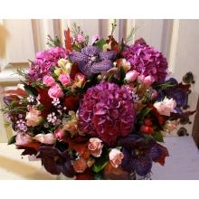 Большой праздничный букет из гортензии, орхидеи ванды, альстромерии, кустовой розы, восковника, листьев дуба, зелени с флористической лентой.