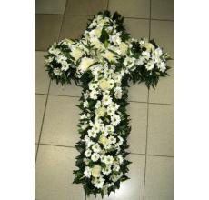 Композиция на возложение в виде креста из белых цветов.