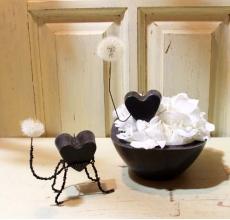 Кашпо из черного парафина ручной работы со свечой в виде сердца.